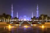 Sheikh Zayed Mosque in Abu Dhabi illuminated at night — Стоковое фото