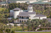 DUBAI, UAE - DEC 16: Private luxury villa in the outskirts of Dubai. December 16, 2014 in Dubai, United Arab Emirates — Stock Photo