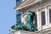 Erato in a quadriga with panthers statue at the Alte Oper building in Frankfurt am Main, Germany — Stockfoto