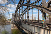 Eski demir demiryolu Köprüsü Frankfurt Main, Almanya — Stok fotoğraf