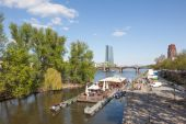 FRANKFURT MAIN, GERMANY - APR 18: Float cafe and restaurant at the river Main in Frankfurt. April 18, 2015 in Frankfurt Main, Germany — Stock Photo