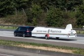 Ford S-Max with a glider transport trailer on the road — ストック写真