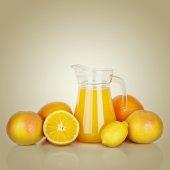 Orange juice and slices of orange — Stock Photo