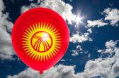 Ballong med flagga Kirgizistans på himlen — Stockfoto