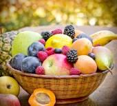 Organické ovoce v proutěném koši — Stock fotografie