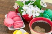 カラフルなマカロンのマカロンとコーヒー — ストック写真
