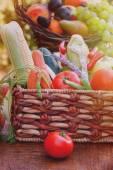 Legumes orgânicos frescos na cesta de vime — Fotografia Stock