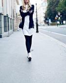 Glamorous blonde on the street. urban fashion — Stock Photo