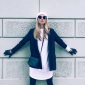 Glamoureuze blonde op de straat. stedelijke mode — Stockfoto