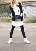 Glamorous blonde on the street. urban fashion — Stockfoto