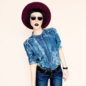 Glamorous fashion lady in a stylish jeans clothes. Country style — Stock Photo