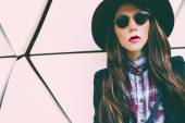 Girl in vintage hat and sunglasses on a city street. fashion sty — Stock Photo