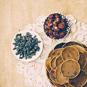 Frittelle di villaggio su fondo di legno su tovaglioli fantasia — Foto Stock