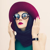 Glamorous lady in vintage hat and sunglasses trend. fashion port — Stock Photo