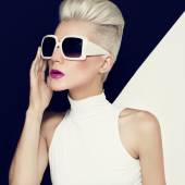 Blonde model in trendy sunglasses with stylish Haircut. Fashion — Stock Photo