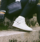Lady on the streets. Trendy urban Loock. white sneakers. — Stock Photo