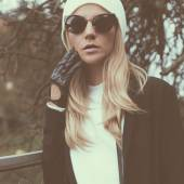 Fashionable sensual blonde on city street. Trendy urban Loock. C — Foto de Stock