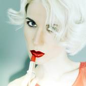 Sensual blond lady with red lipstick. style luxury — Stock Photo