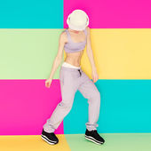 Girl dancer on bright background. Fashion sports style — ストック写真