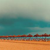放松。海滩。沙滩椅在海洋上的遮阳伞 — 图库照片