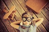 Niño feliz jugando con avión de juguete — Foto de Stock