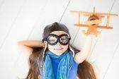 Criança feliz, brincando com o avião de brinquedo — Fotografia Stock