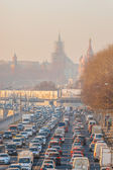 Moskvoretskaya (Moscow river's) embankment. Heavy traffic. Moscow Kremlin (in the background) — Stock Photo