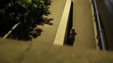 Blonde girl seen from bridge — Stock Video