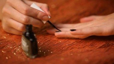 Meisje haar nagels zwarte schilderij — Stockvideo