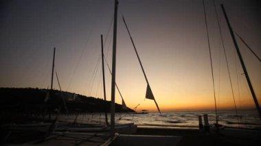Docked sailboats at sunset. Panning motion. — Stock Video
