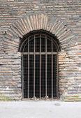 Puerta cerrada de una prisión con rejas — Foto de Stock