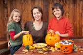 Happy family preparing for Halloween — Stockfoto
