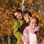 βόλτα στο πάρκο - οικογενειακό πορτρέτο του φθινοπώρου — Φωτογραφία Αρχείου #54497095