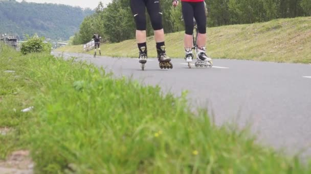 Skaters on the cycle track in the countryside — Vidéo