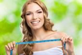 Mujer con cinta métrica, al aire libre — Foto de Stock