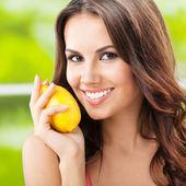 Giovane donna sorridente felice con limon, all'aperto — Foto Stock
