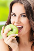 Ung kvinna äta äpple, utomhus — Stockfoto