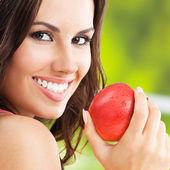 赤いリンゴ、屋外を持つ若い女 — ストック写真