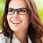 Jonge gelukkig glimlachende zakenvrouw op kantoor — Stockfoto