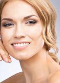 Vrouw aanraken van de huid of room, toe te passen op grijs — Stockfoto