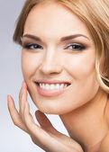触及皮肤或应用奶油,灰色的女人 — 图库照片