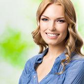счастливые улыбающиеся женщина с длинными волосами, открытый — Стоковое фото