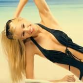 Beautiful tanned woman laying on beach — Stock Photo