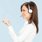 ポインティングの青を介してサポート電話オペレーター — ストック写真