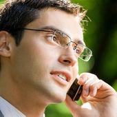 Empresario con teléfono móvil al aire libre — Foto de Stock