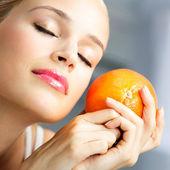 Jovem mulher bonita com laranja — Fotografia Stock