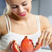 Young woman with pomegranate — Stock Photo