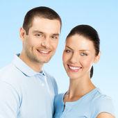 Porträt der jungen glücklich lächelnd attraktives paar, isoliert auf w — Stockfoto