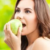 Frau Grünen Apfel, im Freien zu essen — Stockfoto