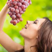 Young woman with grapes, outdoor — Stock Photo